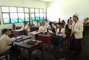 UAS, Mahasiswa UNU NTB Kenakan Sarung dan Peci
